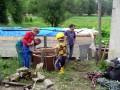 Mates se přpravuje ke spuštění do studny.